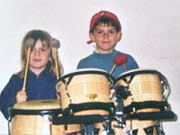 Zwei Kinder am Schlagzeug