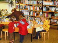Kinder beim Stöbern und Lesen