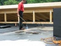 Facharbeiter beim Verkleben der Bitumenfolie