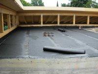 auslegen der Bitumenfolie auf dem Dach
