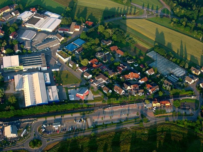 Bahnhof und Gewerbegebiet von March-Hugstetten
