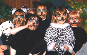 Gruppe von Kindern als Katzen verkleidet und geschminkt