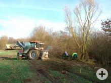Traktor mit Seilwinde zieht das Holz heraus