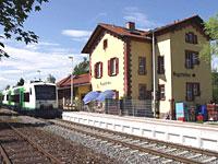 Ein Zug hält vor dem Bahnhof in March