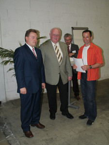 Herr Bitzenhofer und Bürgermeister Hügele bei der Überreichung einer Urkunde an die Ausbildungsfirmen