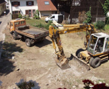 Abräumen der Mauerstücke von der Baustelle