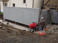 Bauarbeiter setzen und richten die Betonplatte aus