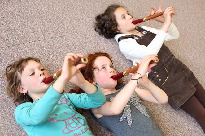 Drei Mädchen spielen Flöte