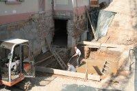 5.4.2007 Durchbruch zum Altbau im Keller, Aushub des Aufzugssacht