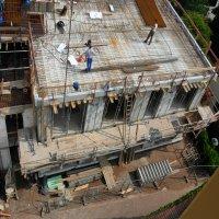 Verlegearbeiten der Eisenteile an der Obergeschossdecke
