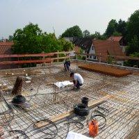 Verlegearbeiten von Eisenmaterial an der Obergeschossdecke