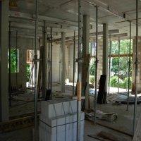 Im Obergeschoss stehen die Stützen für die daraufliegende Obergeschossdecke