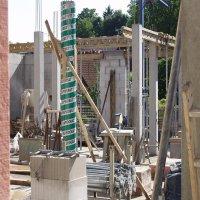 die Stützen und Balken werden für die Obergeschossdecke gestellt