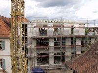 Blick vom Rathaus 2 auf den Rohbau des Erweiterungsbau mit Dachkonstruktion