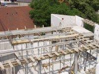 Stützen und Balken sowie die gesamte Unterkonstruktion für die letzte Decke im Dachgeschoss