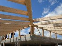 Holzkonstruktion vom Pultdach mit Flurfenstern