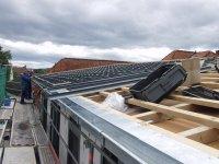 die Solarunterkonstruktionsplatten werden auf das Pultdach angebracht