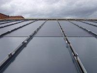 fertig angebrachte Solarunterkonstruktionsplatten auf dem Pultdach