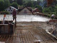 Arbeiter beim betonieren Decke