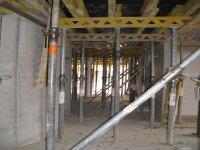 Stützpfeilerstützen die Betondeckenplatten des KGs