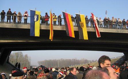 Zuzr Eröffung der B31 West wurde die Brücke mit vielen Fahnen geschmückt