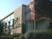 Gebäudeansicht des neuen Schulhauses in Holzhausen