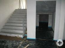 Blick auf Treppe und Aufzug