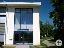 der neue Eingang der Gemeindebücherei