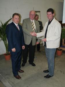 Herr Bitzenhofer und Bürgermeister Hügele überreichen Herrn Fischer eine Urkunde