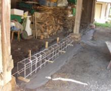Setzen des Fundaments in der Scheune