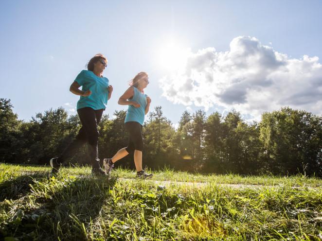 Zwei Frauen joggen